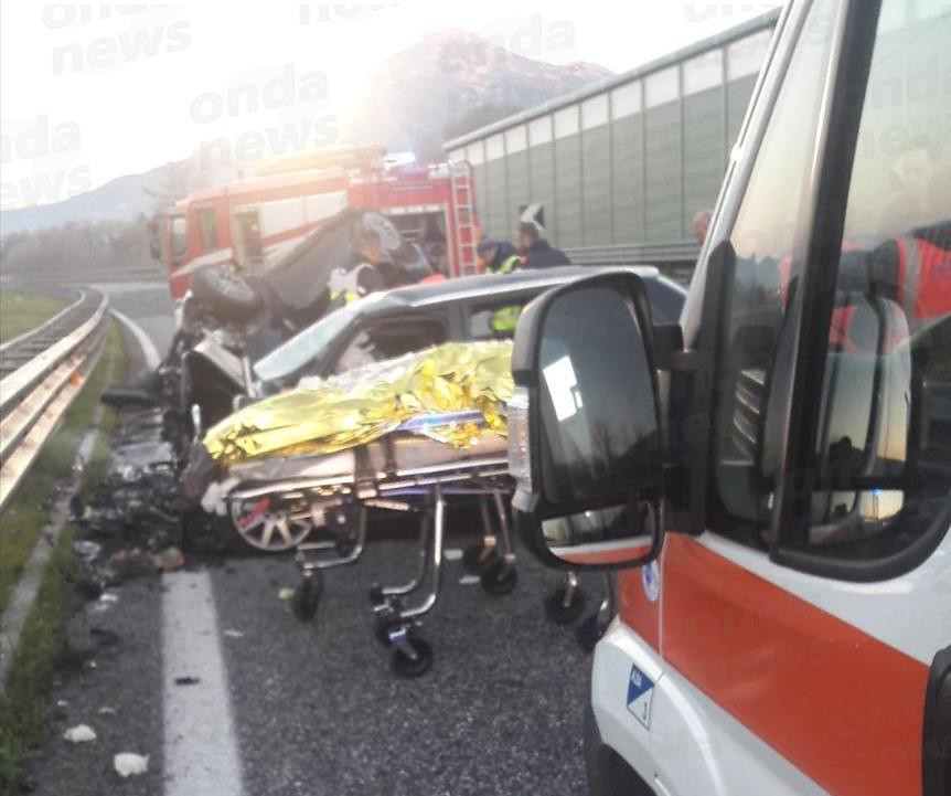 Tragico schianto in autostrada: due morti