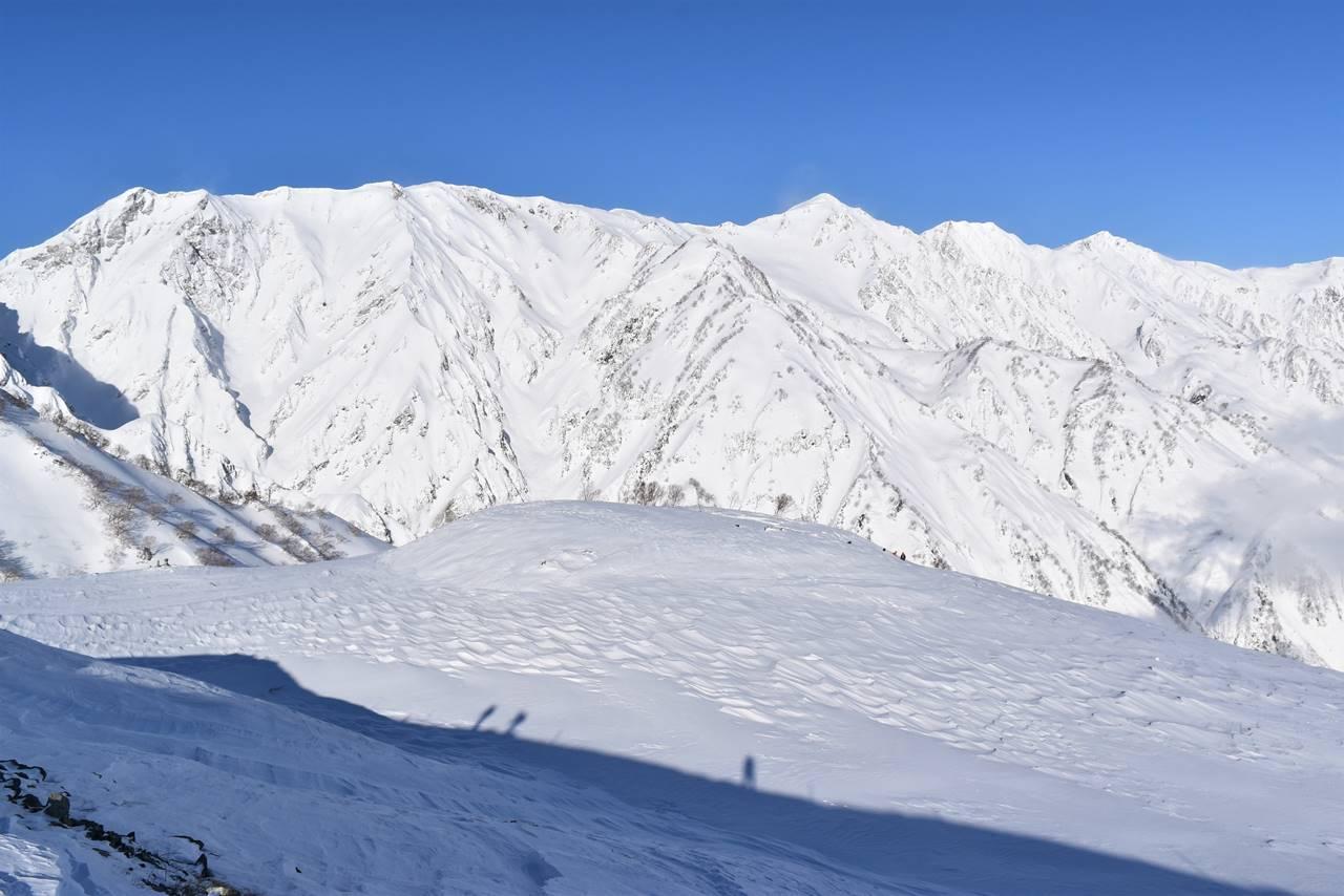 凍結した雪の八方池と白馬三山
