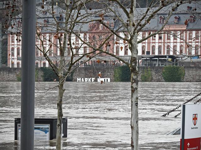 """Blick über den Rhein bei Koblenz, an der gegenüberliegenden Ufermauer die Beschriftung """"Marke 2"""""""