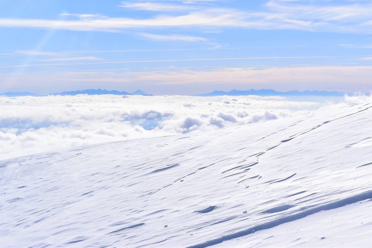 雲海の果てに浮かぶ富士山と八ヶ岳と南アルプス