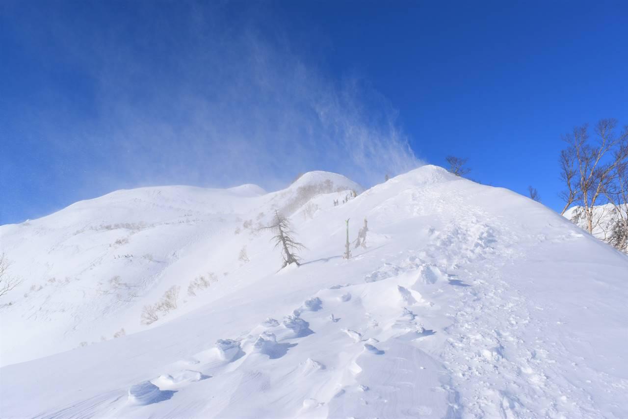 強風で雪煙舞う八方尾根