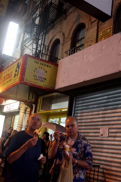 Utanför Chinatown Ice Cream Factory.
