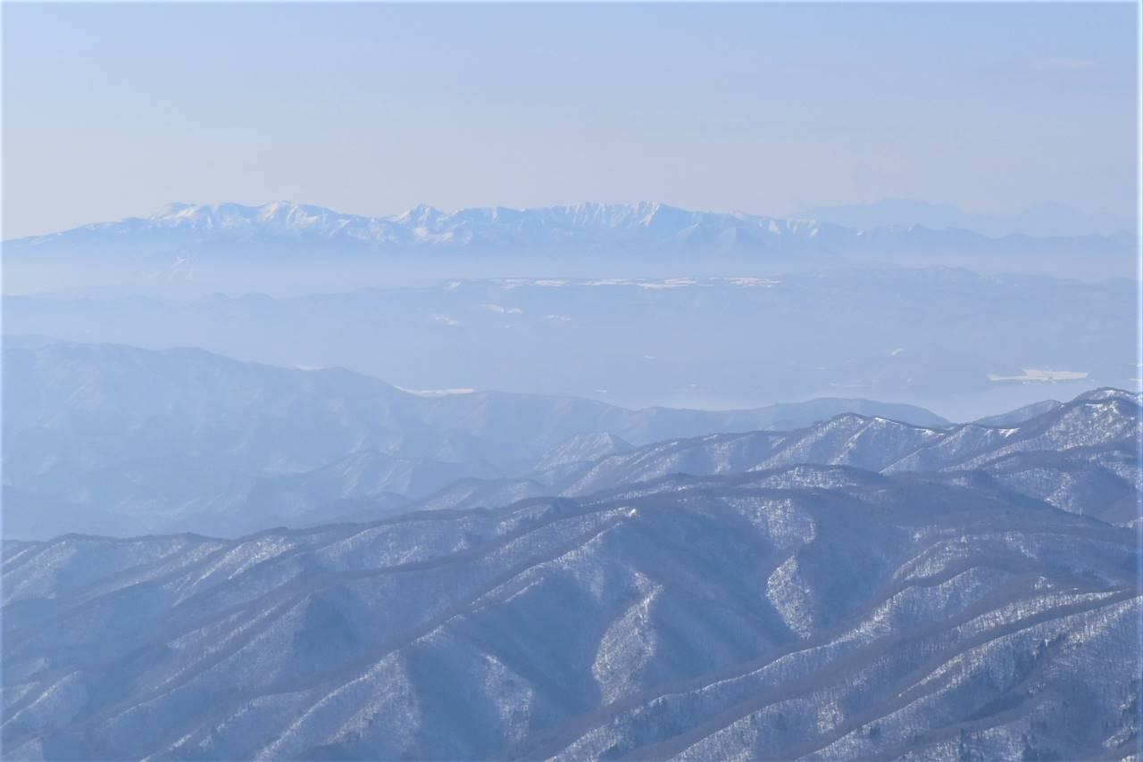 安達太良山から眺める雪の飯豊山