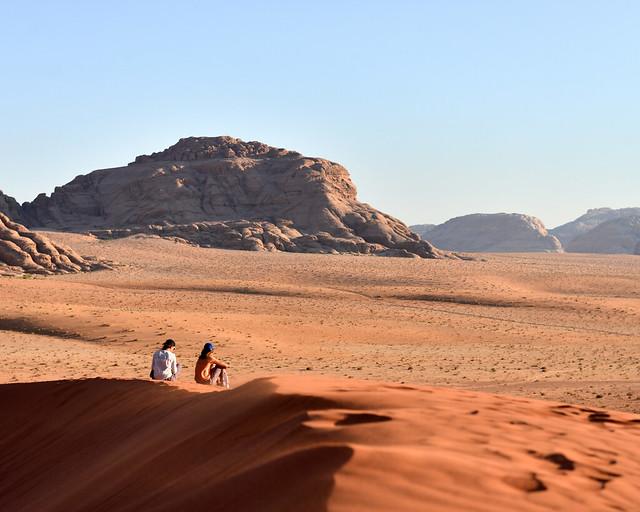 En las dunas de Wadi Rum esperando al atardecer