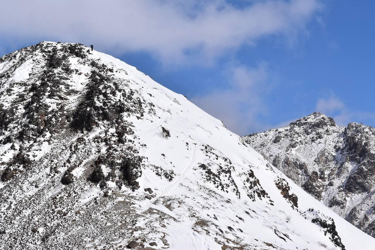 冬の那須岳・剣ヶ峰に登る登山者