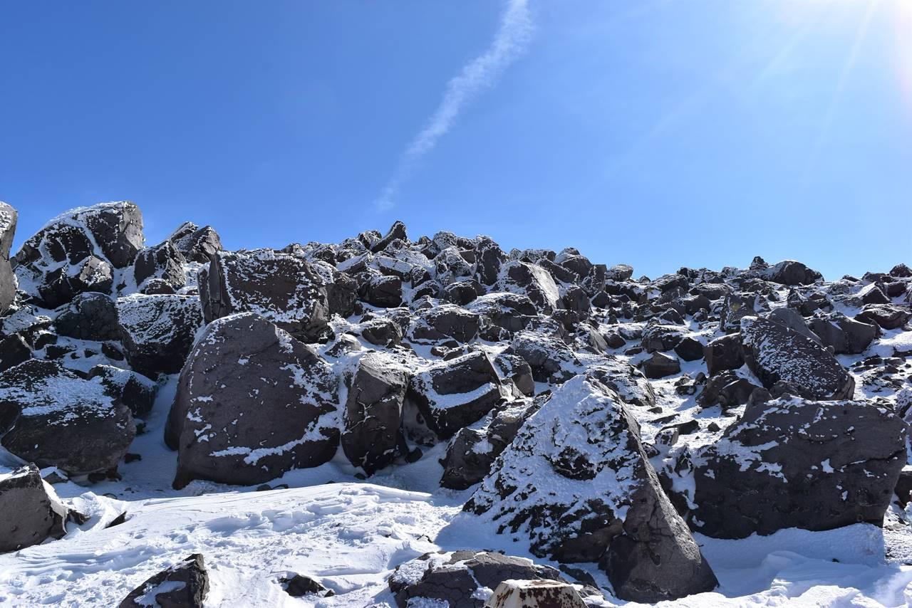 那須岳・茶臼山山頂の岩場