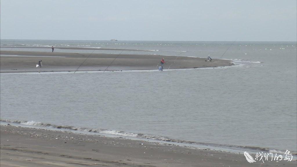 940-3-45河面上幾艘傳統舢舨船緩緩駛過,淡水河在出海口南岸,形成一個大彎,挖子尾因而得名。