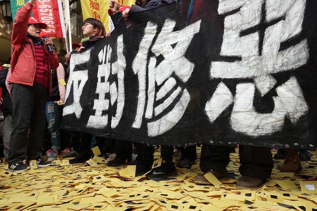 1月10日《勞基法》修正案通過,勞團在立院周邊撒冥紙抗議。(攝影:張智琦)