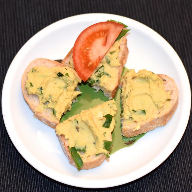 Selbst gemachter Hummus aus Kichererbsen ... Foto: Brigitte Stolle