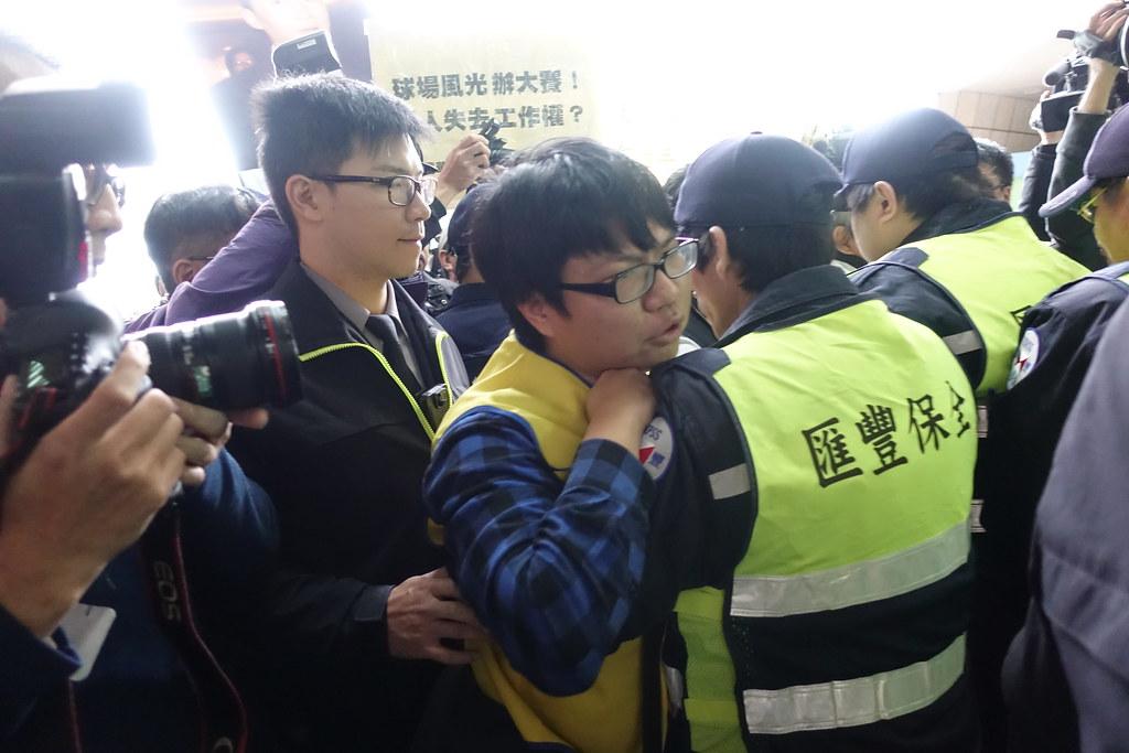 保全阻擋工會群眾進入百貨走道。(攝影:張智琦)