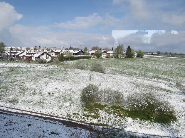 自德國移動至義大利那一天,阿爾卑斯山北側正在下雪;南側卻是陽光普照。攝影:張正揚