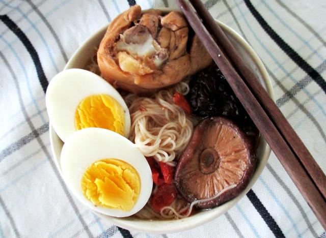 Mee sua in Foochow red wine chciken soup