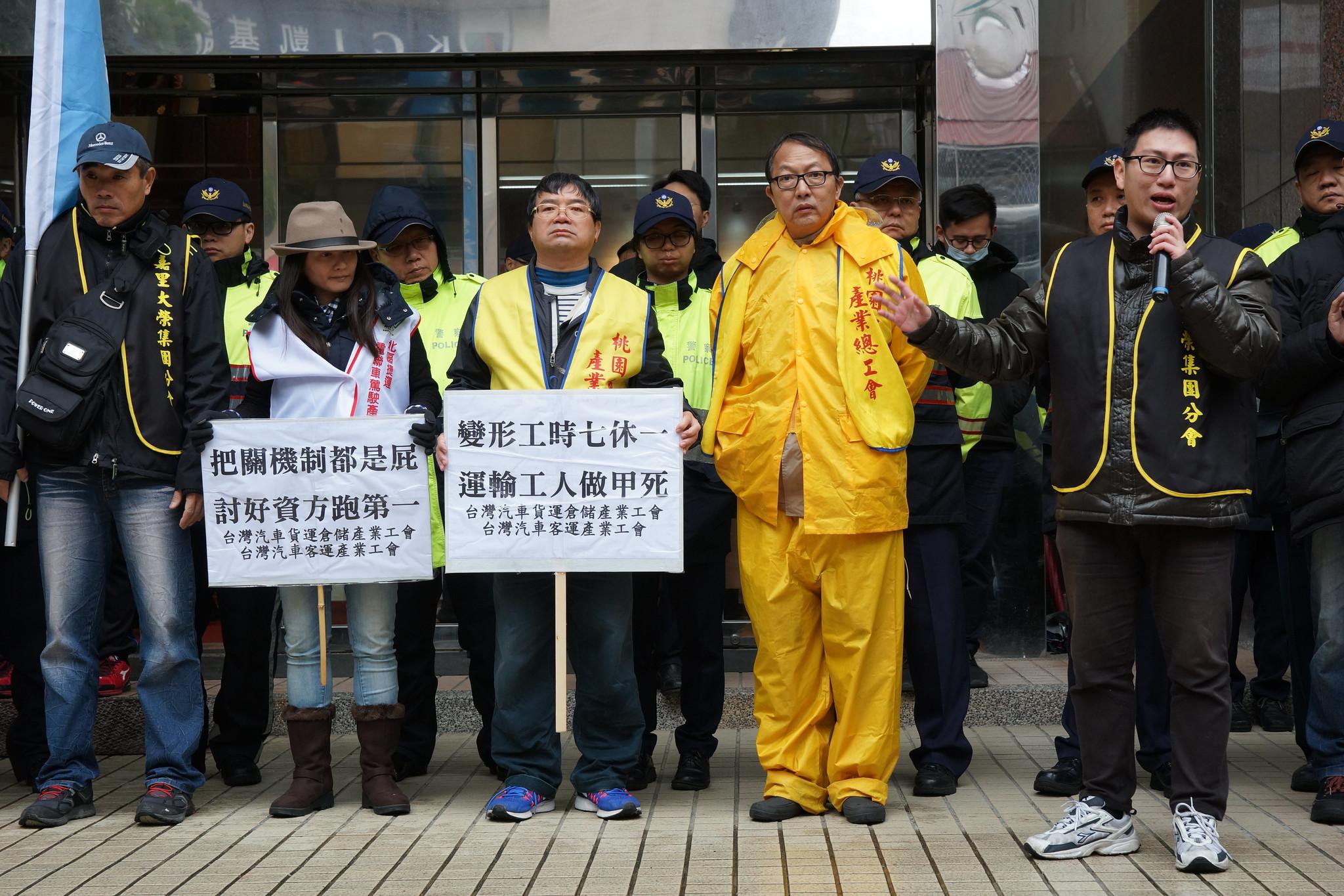 客運、貨運業工會反對鬆綁七休一。(攝影:王顥中)