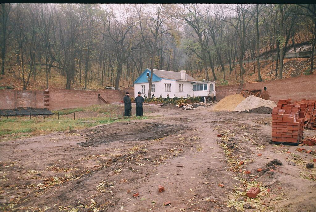 В процессе восстановительных работ на территории скита. Ноябрь 2001г.