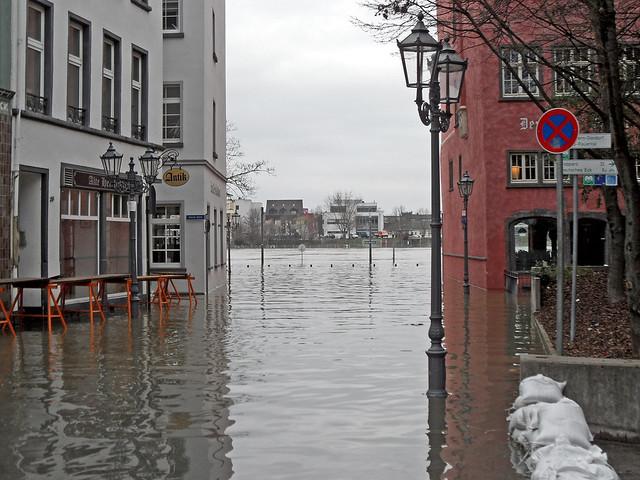 Eine überflutete Straße in der Koblenzer Altstadt
