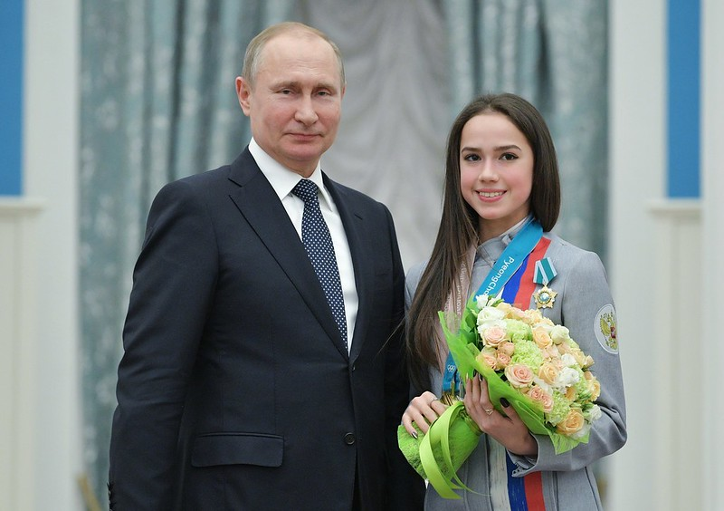 Vladimir Putin(左)頒獎給本屆冬奧花式滑冰女子個人金牌Alina Zagitova(右)。(達志影像)