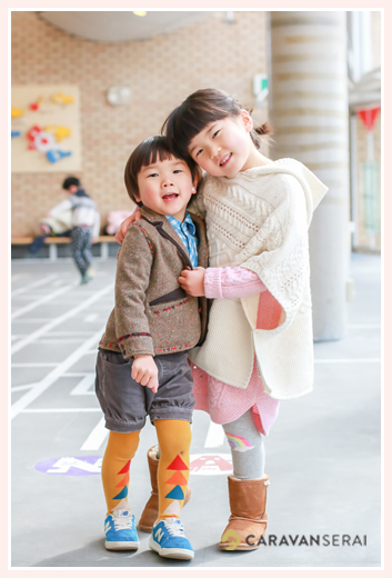 家族の写真をモリコロパーク(愛知県長久手市)でロケーション撮影 カジュアルな服装 女性カメラマンが撮る自然な子供の表情