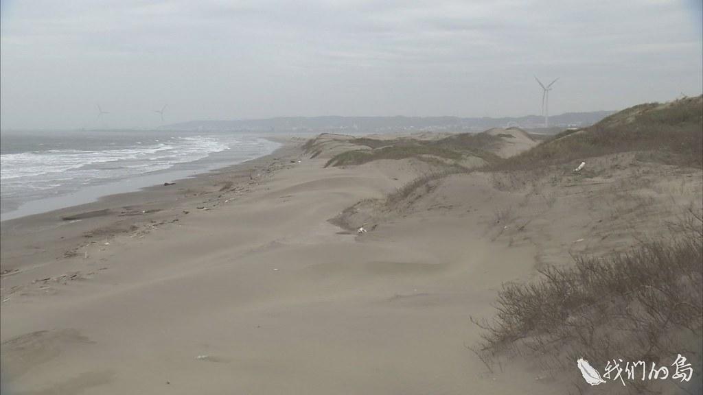940-3-3興建漁港發展漁業,卻阻擋漂沙移動,改變了香山濕地的面貌。南側堆積出高達數公尺的沙丘。
