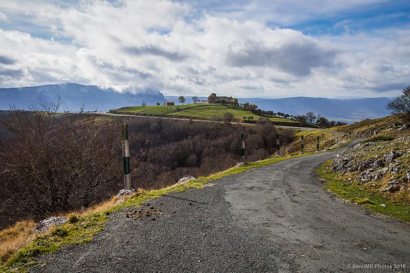 San Miguel de Aralar desde la carretera al Artxueta