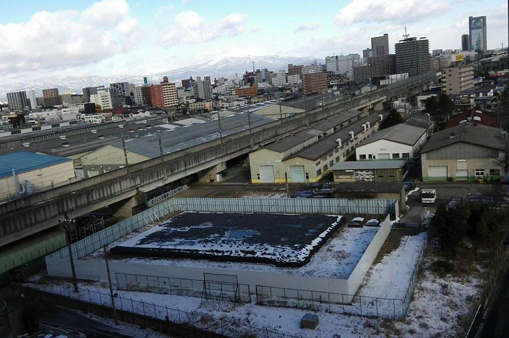 森松明希子在福島的家門前所拍到景像,除染袋堆積如山。