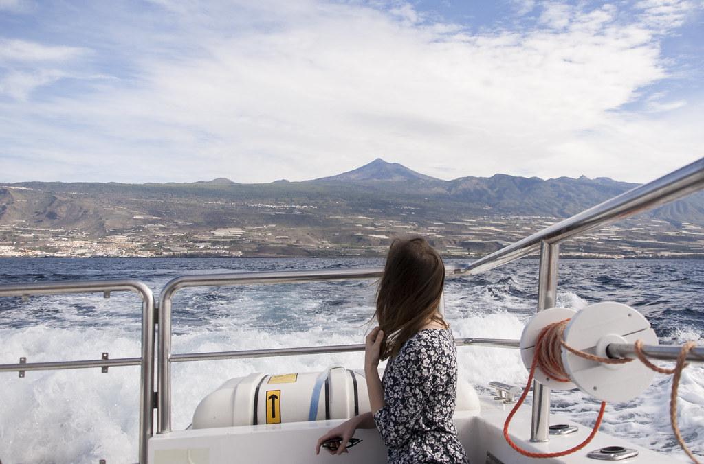 dziewczyna tyłem na statku, w tle wulkan Teide