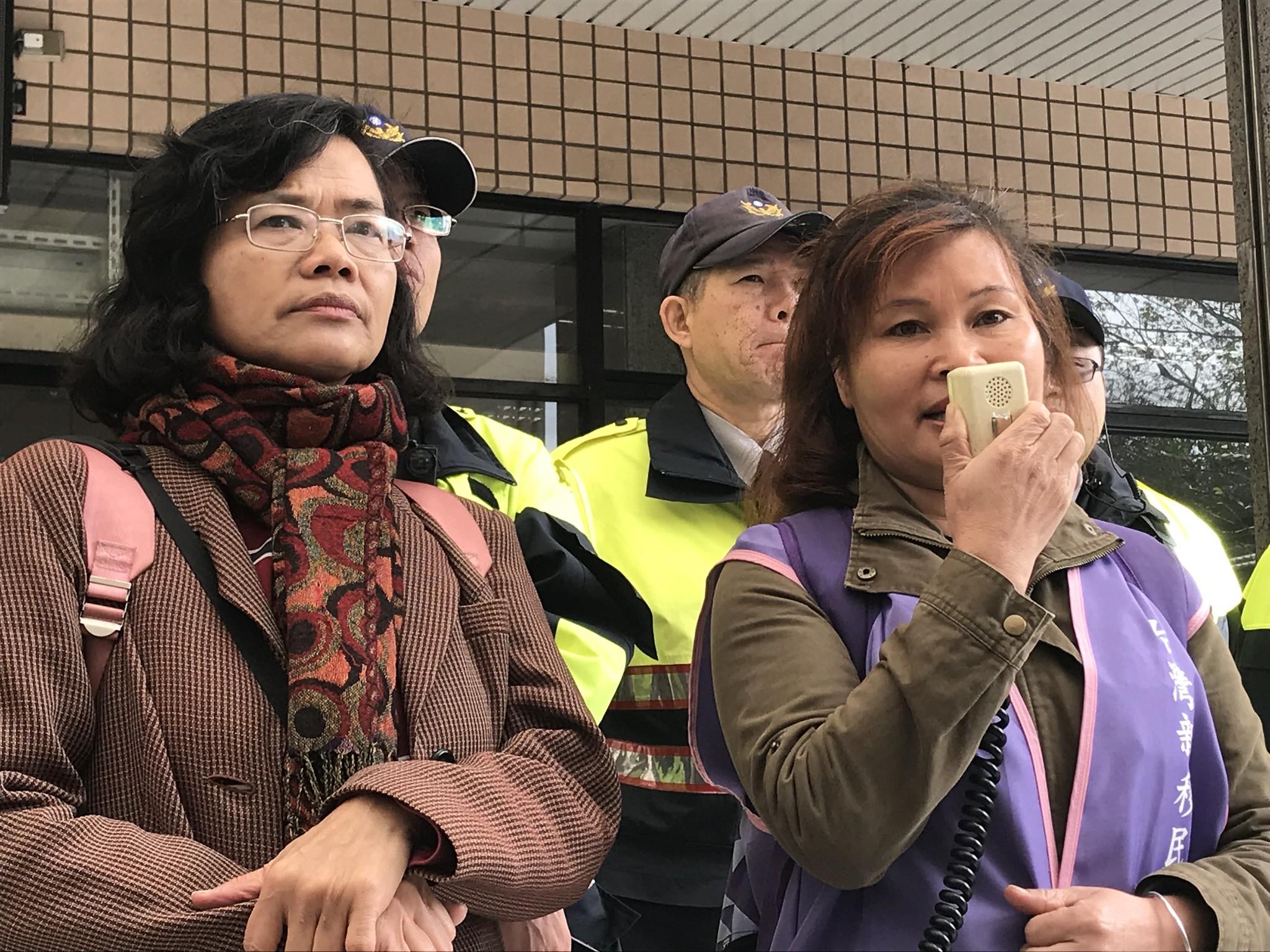 劉茜表示,今日也有不少陸配家庭攜家帶眷前來聲援。(攝影:張宗坤)