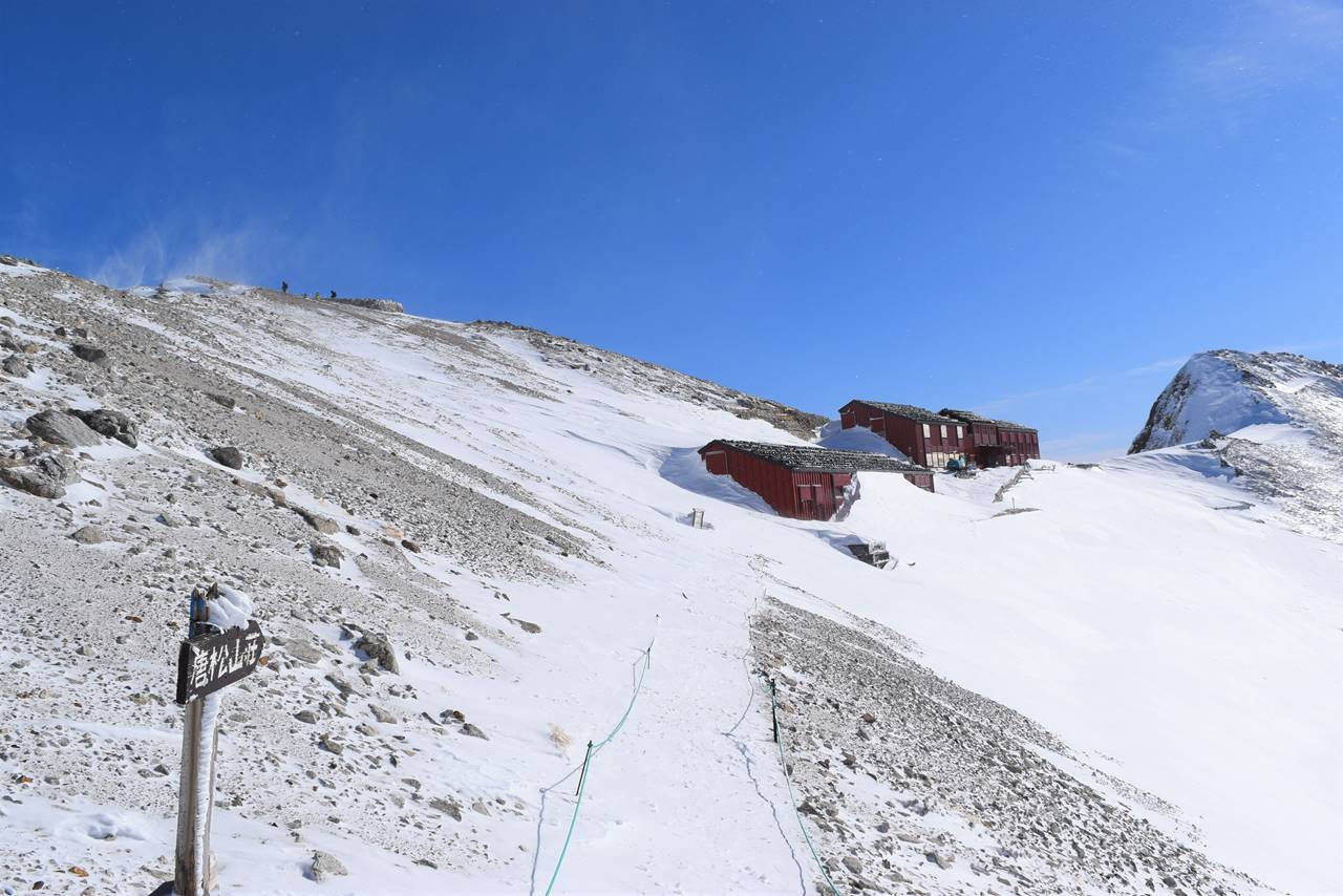 冬の唐松岳頂上山荘