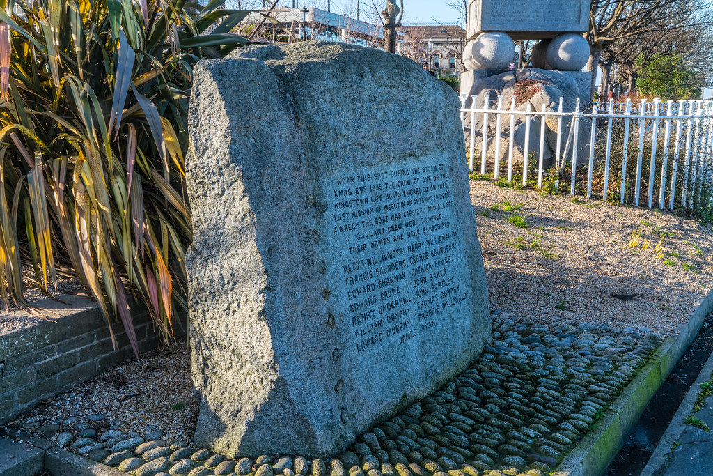 LIFEBOAT AND NEARBY MEMORIAL 003