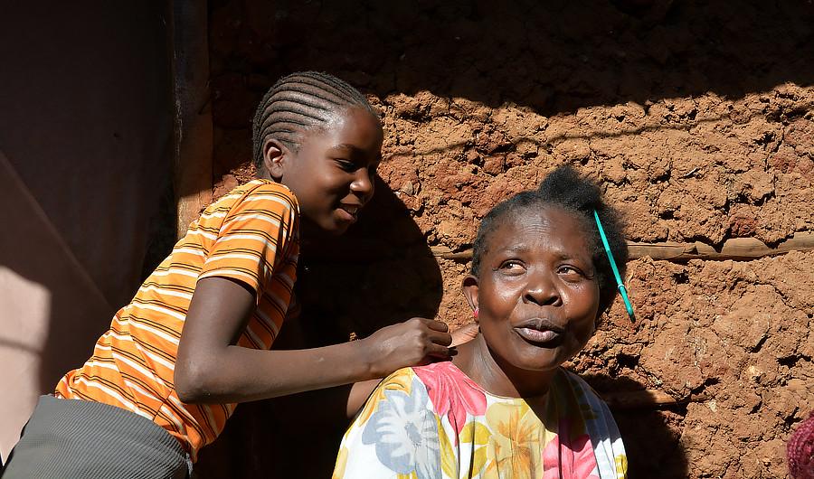 Негритянки с косичками в офисе на ковре
