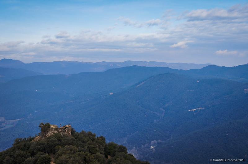 La Torre de les Bruixes frente al Castell de Montsoriu