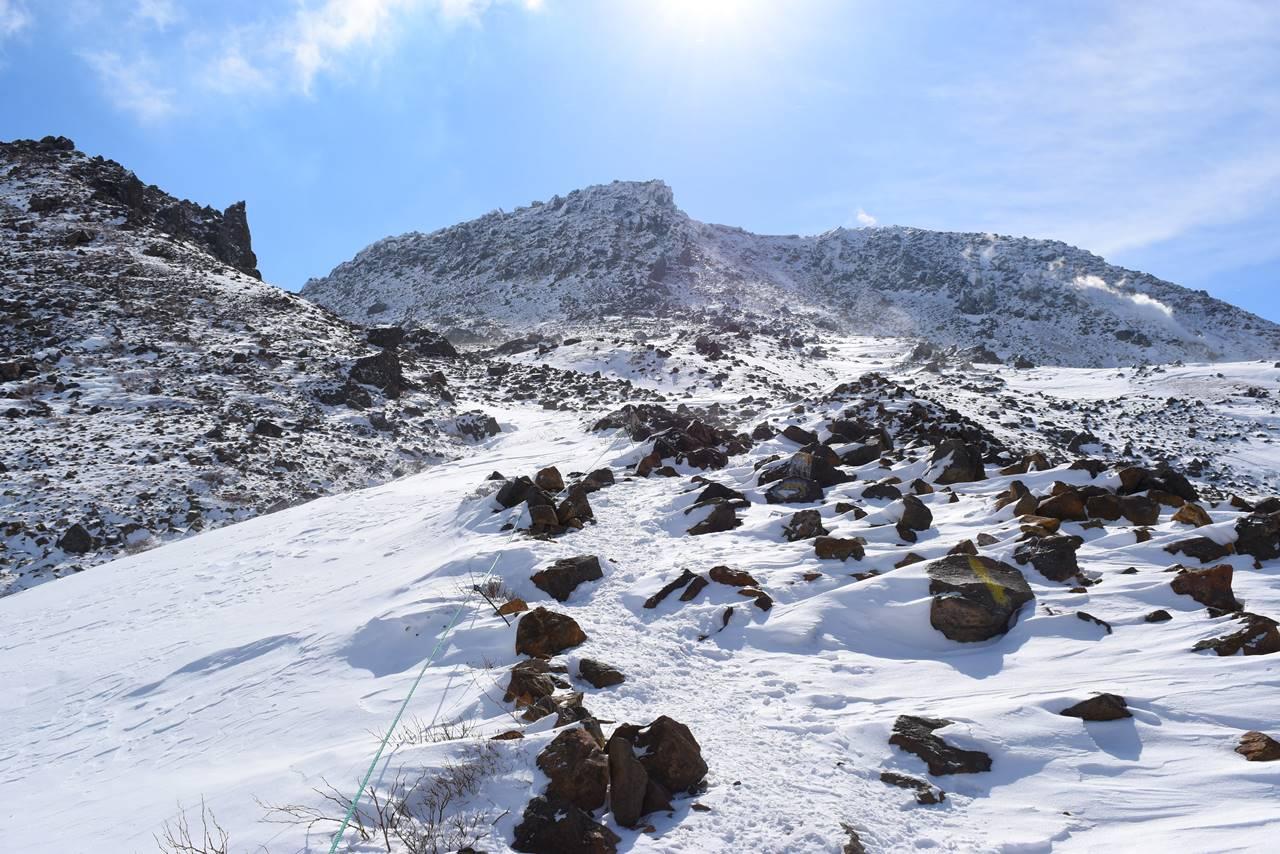 冬の那須岳・茶臼岳登山 岩の登山道