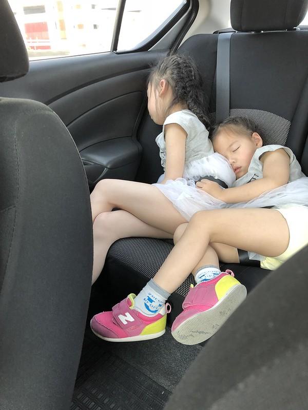 小朋友们在车上睡着了