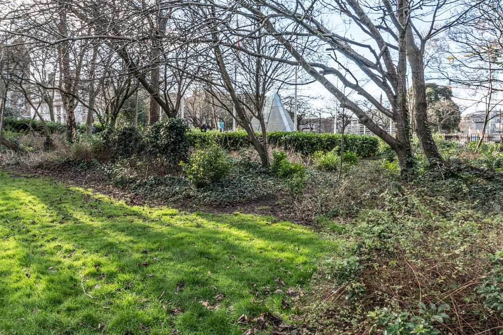 MERRION SQUARE PARK - THE OLD STANDARD LAMPS ARE ALL GONE 001