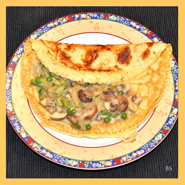 Dinkel-Pfannkuchen mit Champignon-Erbsen-Zwiebel-Füllung ... Foto: Brigitte Stolle