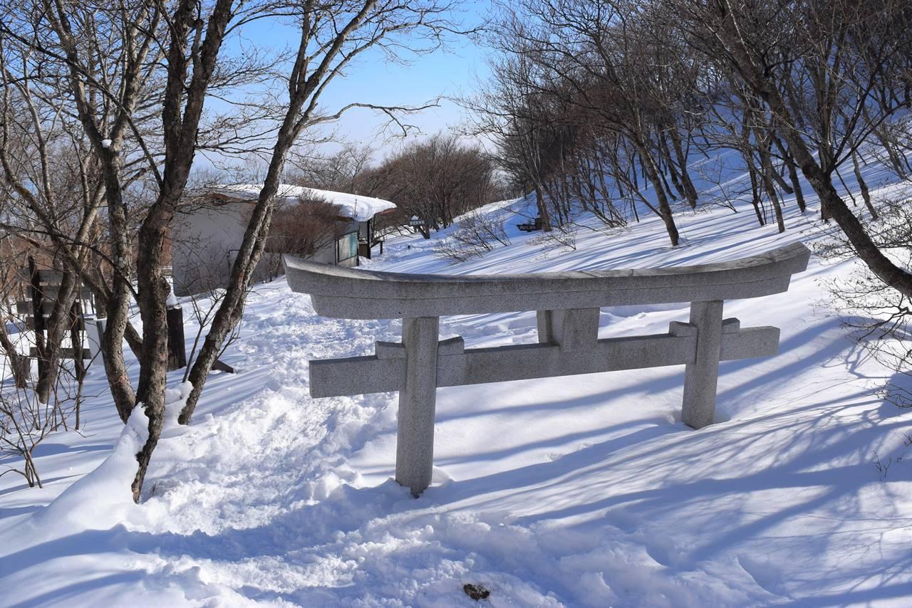 那須岳 登山口の雪に埋まった鳥居