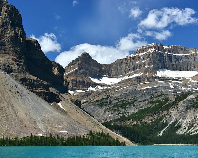 Montañas que cubren al precioso lago Bow en Canadá