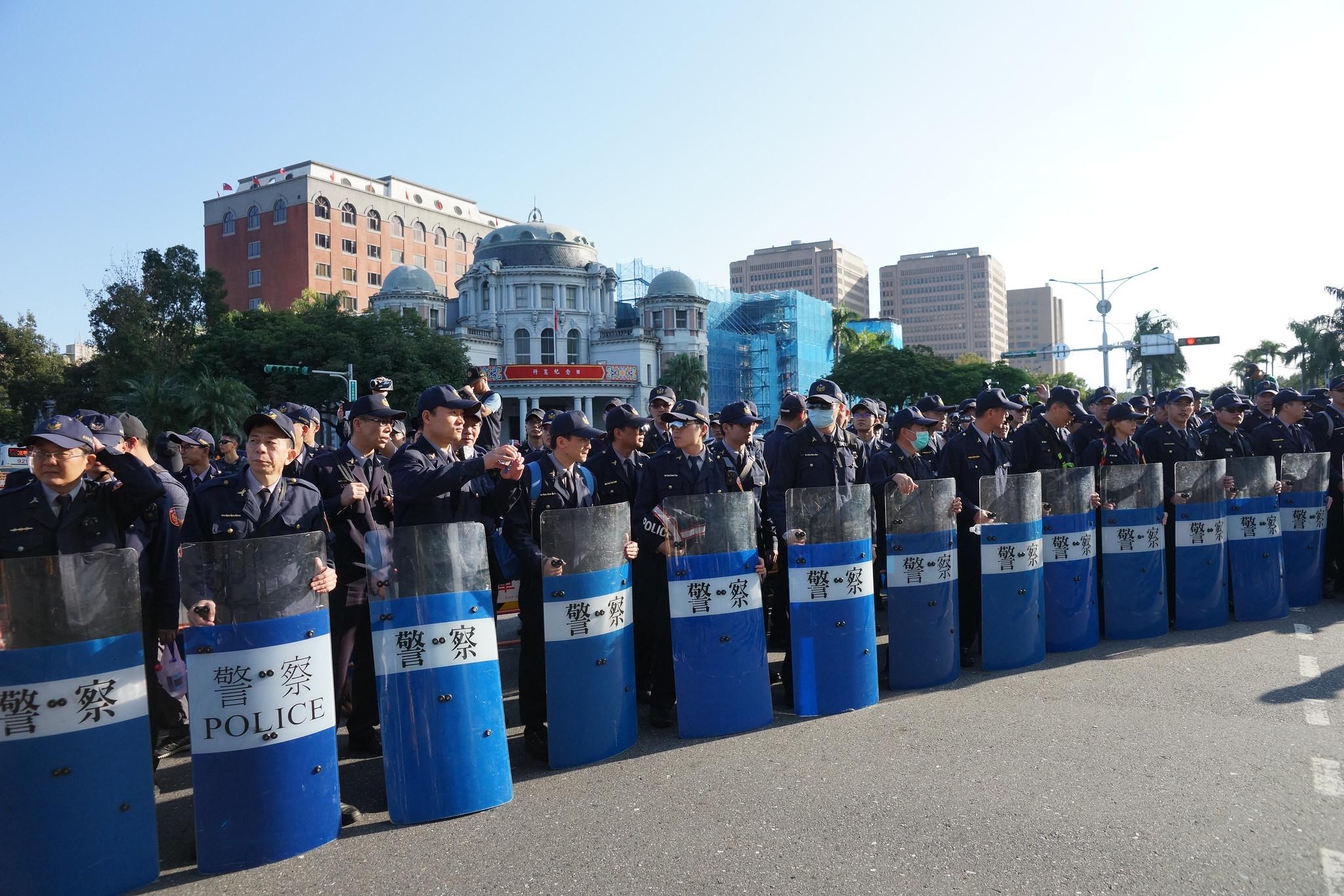 警方在行政院前路口,阻擋遊行隊伍。(攝影:王顥中)
