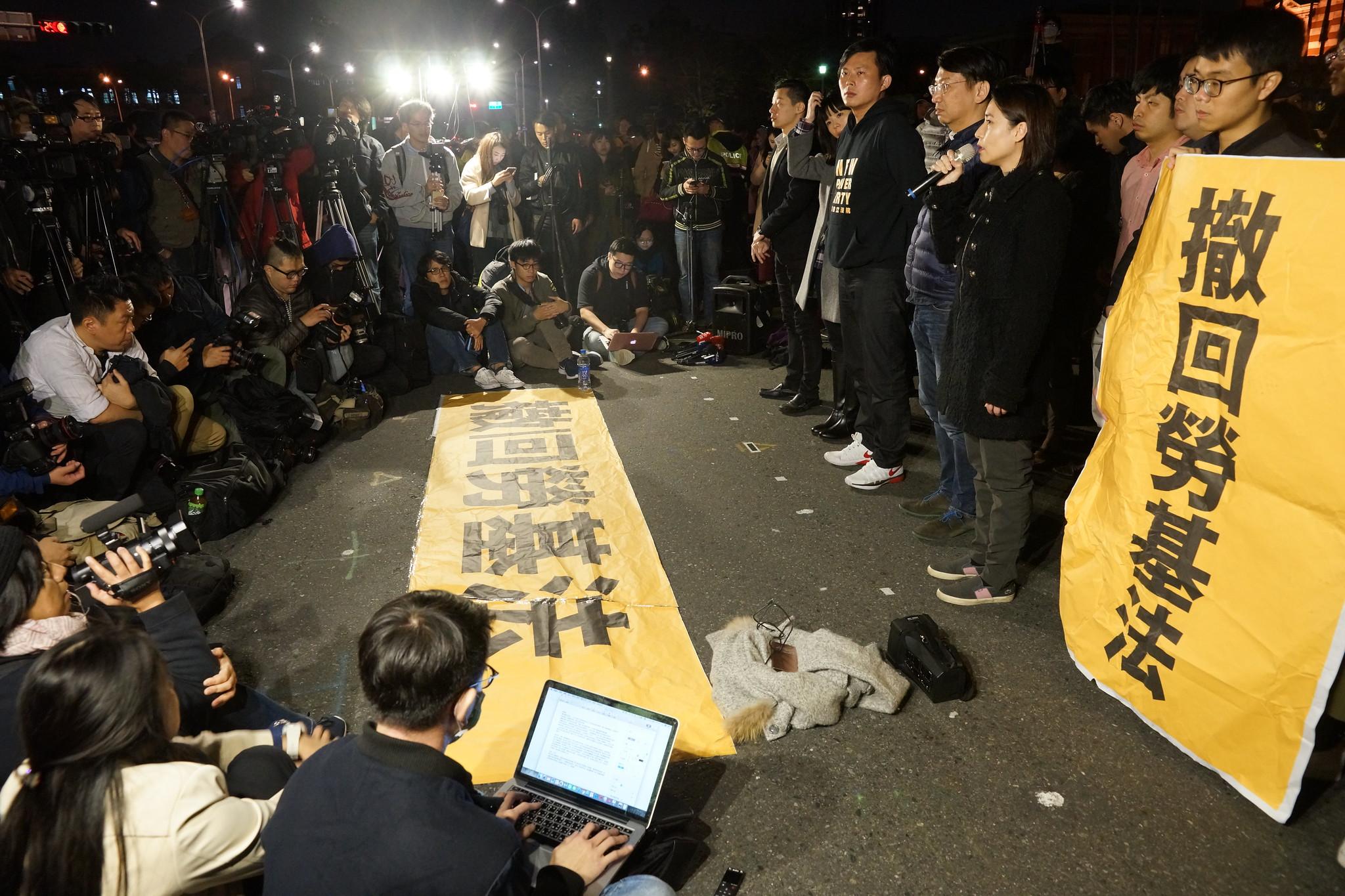 時代力量黨團一行人晚間在總統府前。(攝影:王顥中)