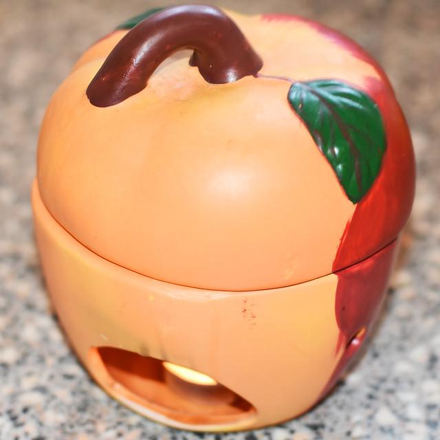 Puristisch: Ein Bratapfel aus dem Bratapfelbräter ... Fotos und Collage: Brigitte Stolle