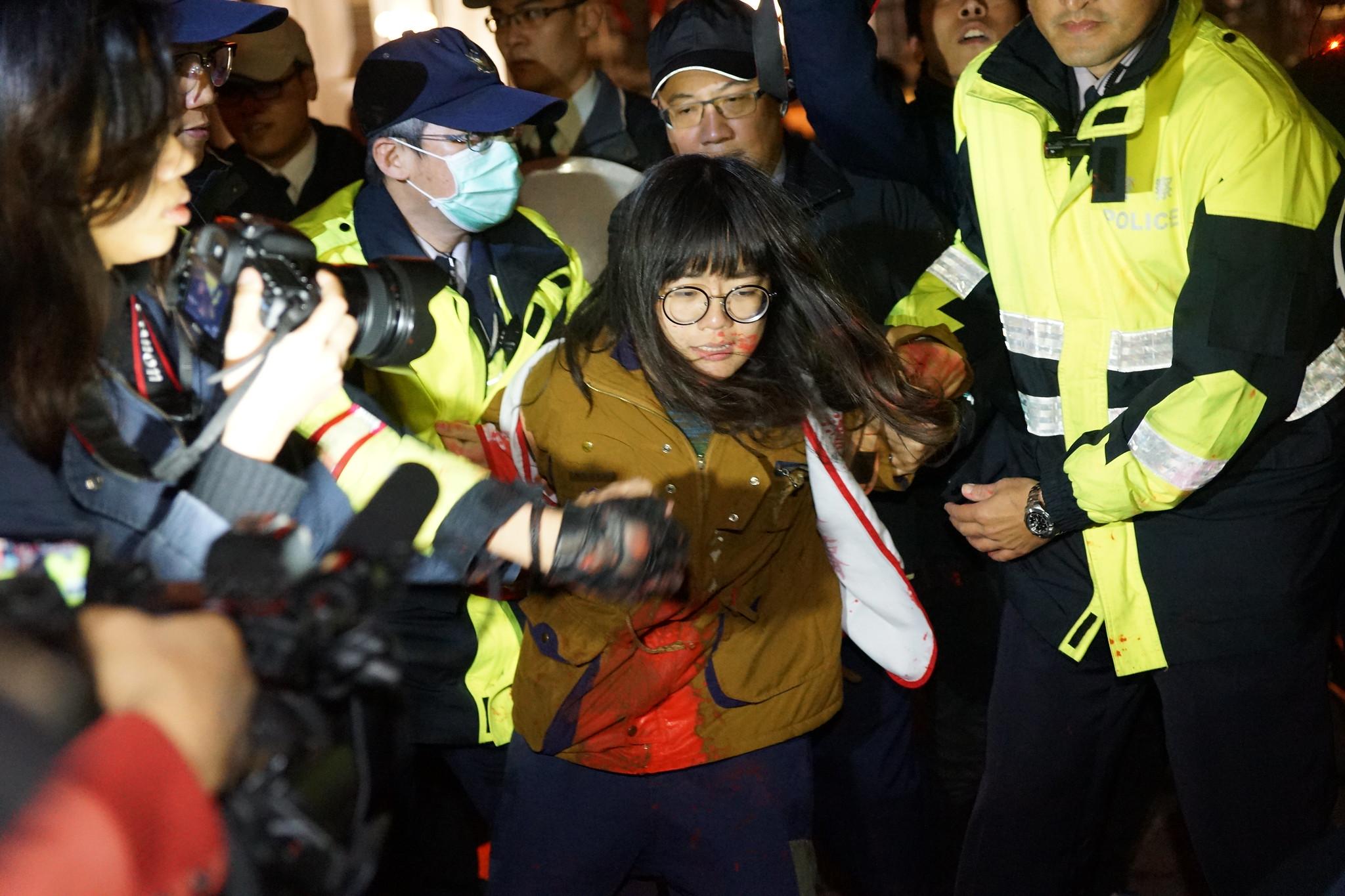警方阻止自救會潑灑紅漆。(攝影:王顥中)