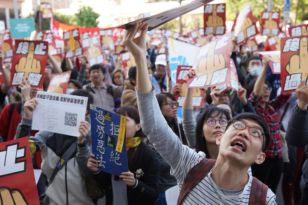 去年1223反《劳基法》修恶游行,许多青年走上街头抗议。(摄影:王颢中)