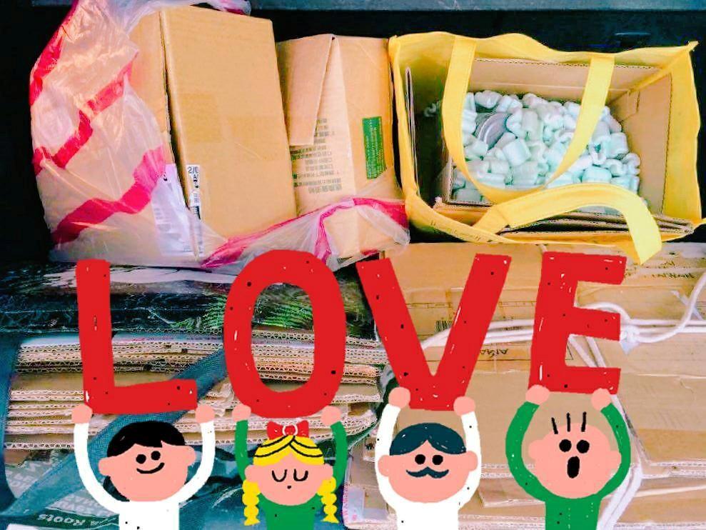 12月在松菸的市集中,愛用者們帶來的紙箱與填充材,是一整個車廂的愛心呢!
