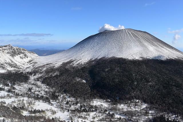 雪の浅間山(前掛山)と湯ノ平高原