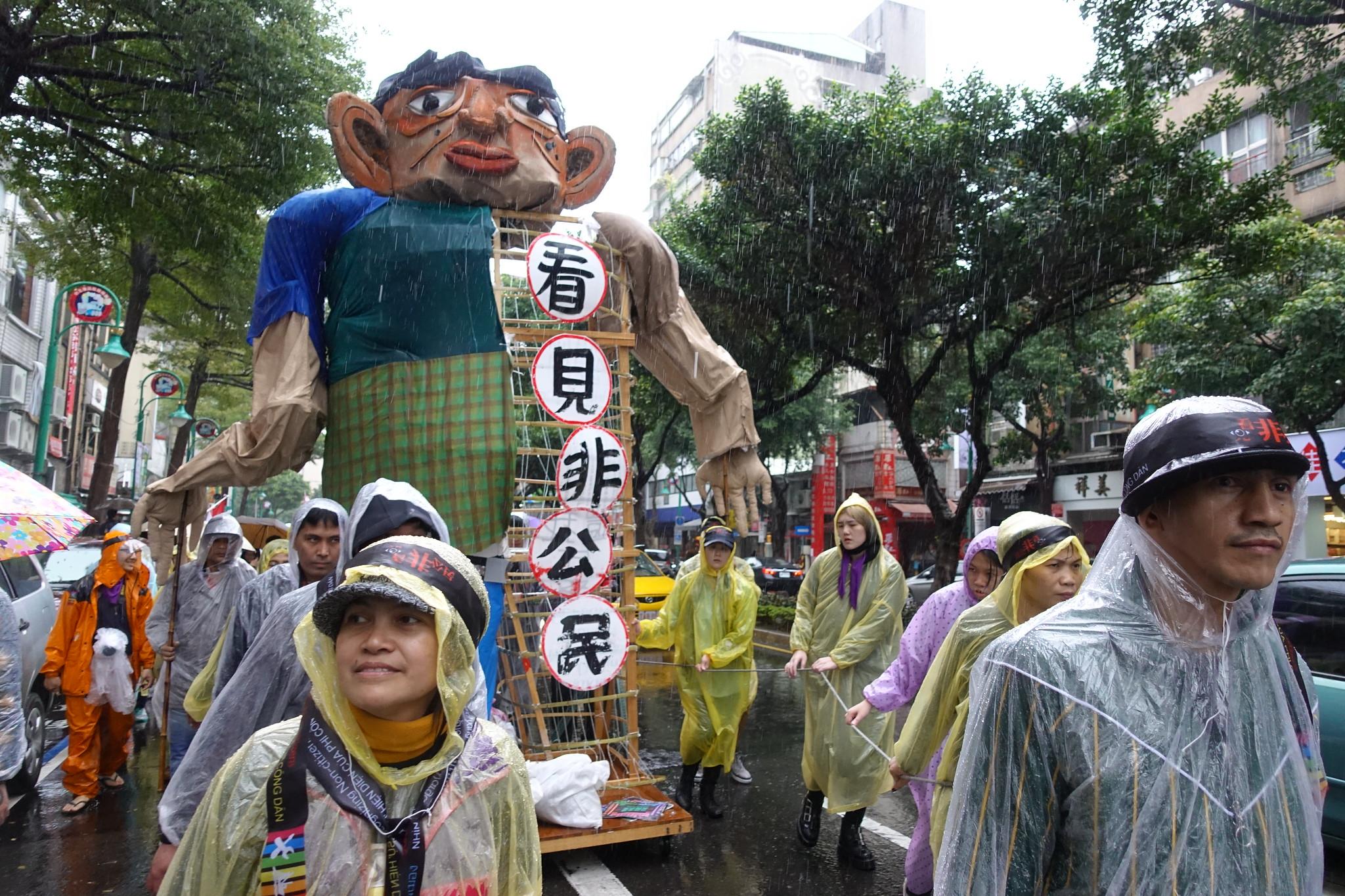 遊行中最大型的人偶,一半實心一半空心,象徵移工在台權利不完整。(攝影:張智琦)