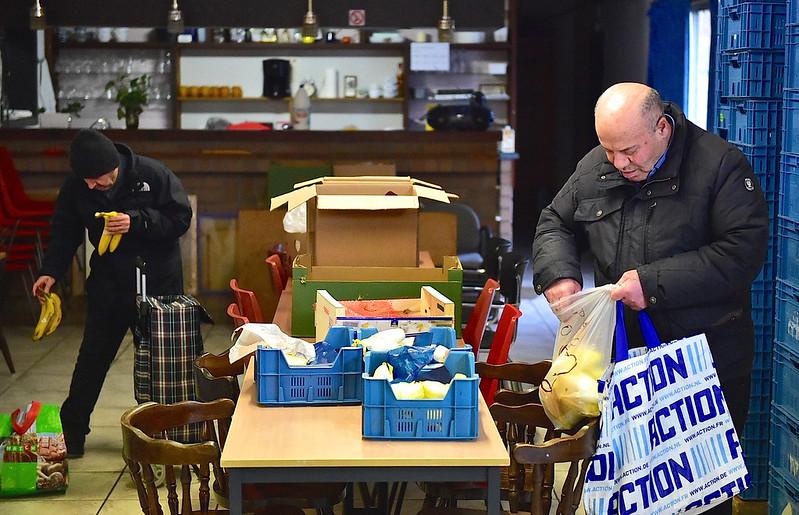 Voedselpakketten klaarmaken bij S.O.S Hulpbetoon Mechelen