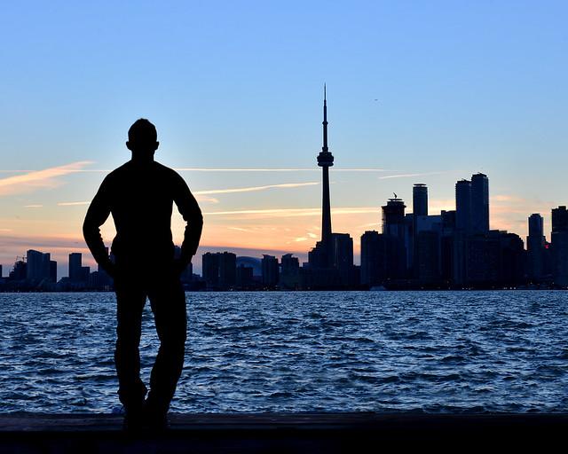 El skyline de Toronto al atardecer sobre el agua de la bahía