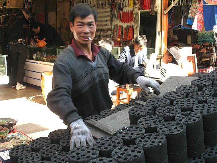 在搶先完成煤改氣改造的北京,今年11月的PM2.5和PM10日均濃度分別比去年同期下降55%和46%。圖片來源:NickMcIntosh