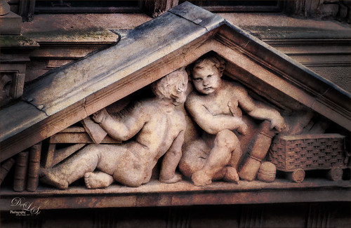 Image of figures carved into Jenner's Department Store in Edinburgh, Scotland