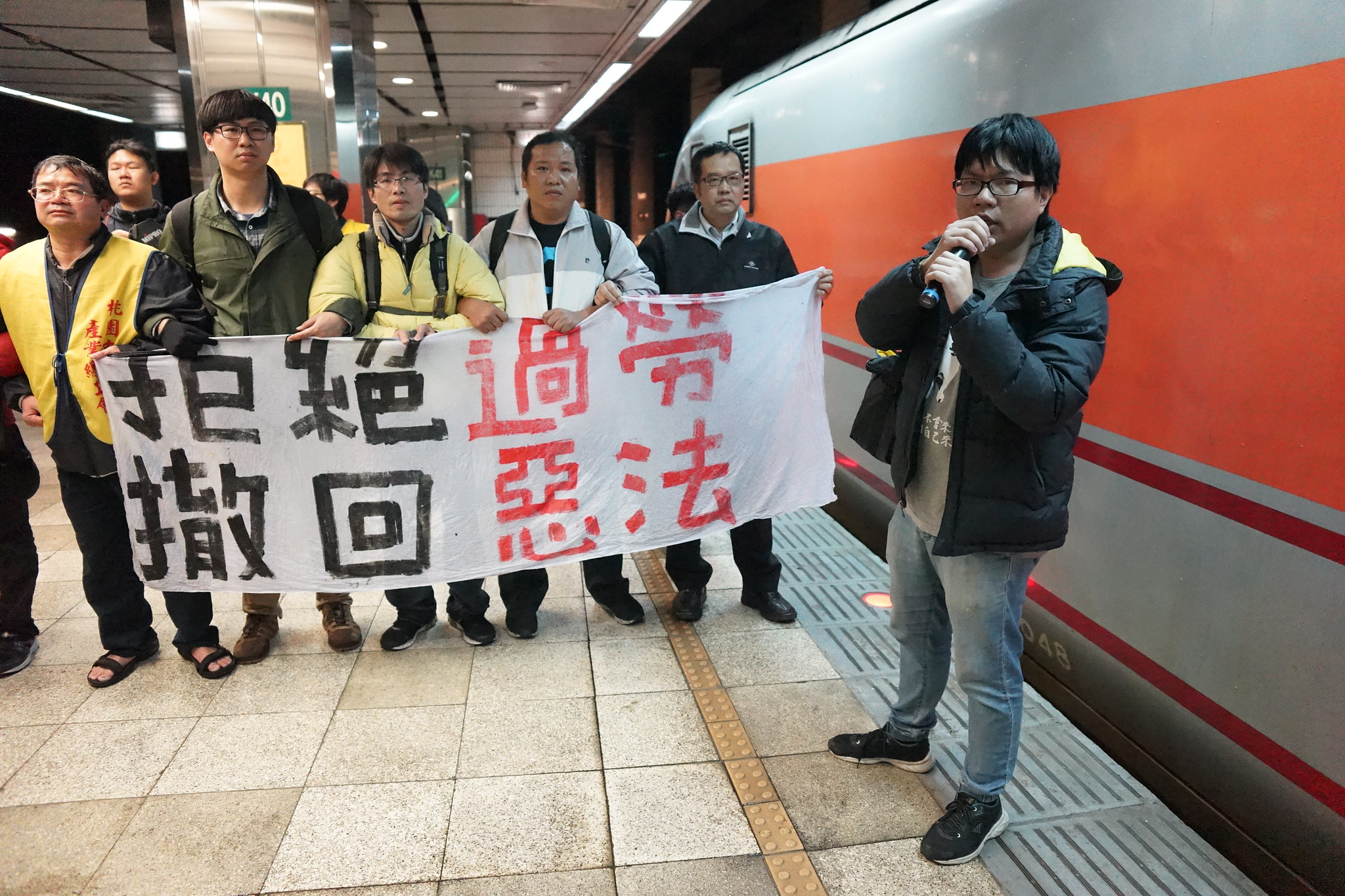 桃產總率眾進入台北車站第三月台。(攝影:王顥中)