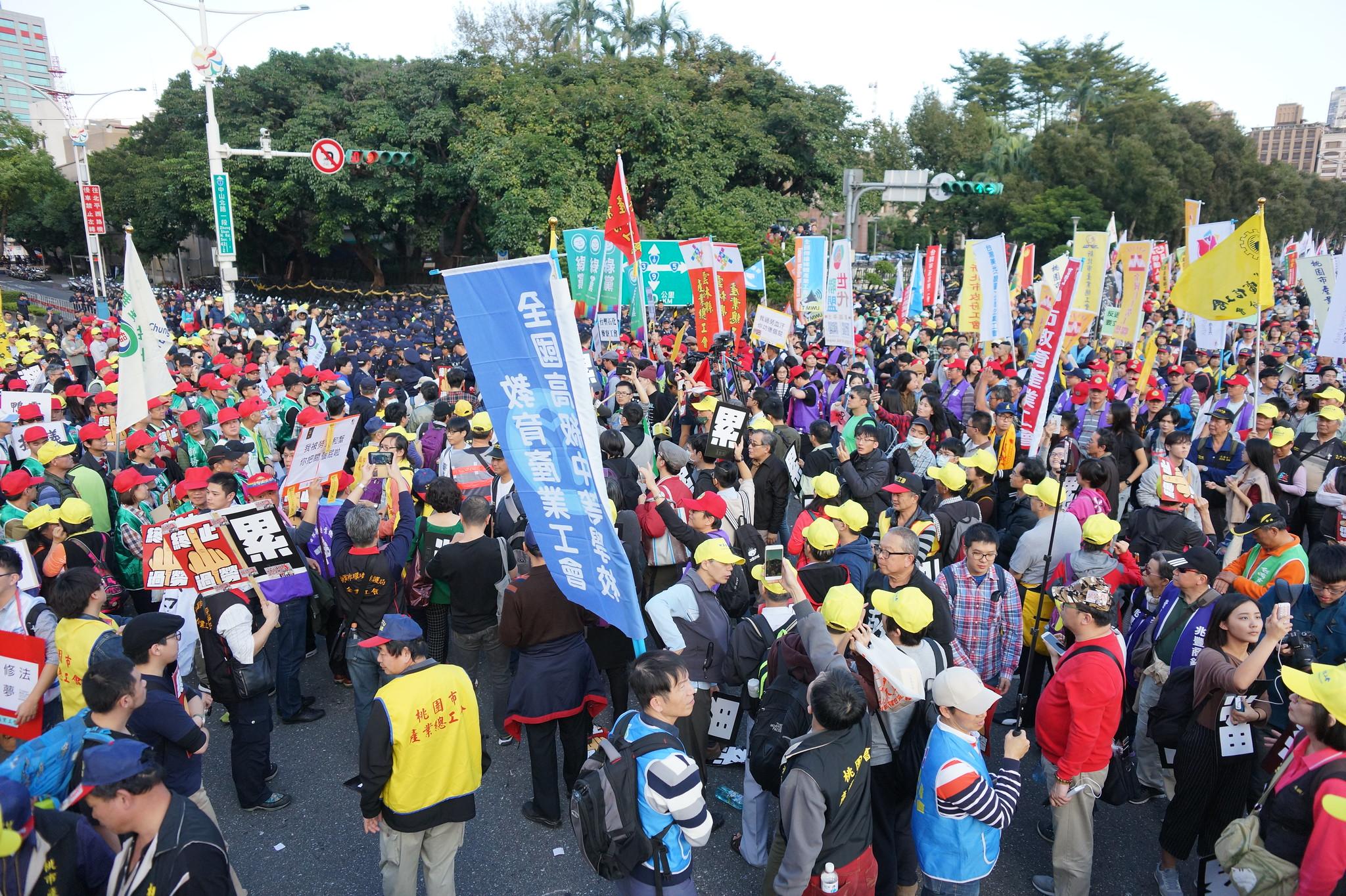 遊行隊伍突折返佔領行政院前路口。(攝影:王顥中)